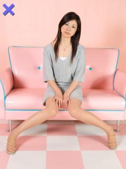 【ダメ写】 深く腰掛けて真正面で脚を開くのは NG 。両の膝を離すのもダメ。