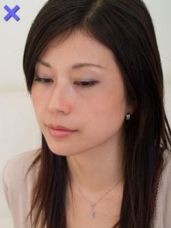 【ダメ写】 カメラが顔と同じ高さにあると、目が細くなって寝ぼけ顔になりがち。