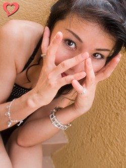【モテ写】 目だけ見えるように顔を手で覆うと、目だけ強調されます。このとき、手の広げ方にも気を遣いましょう。