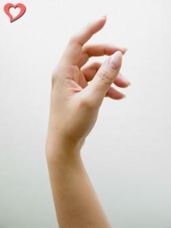【モテ写】手の形はエレガントな翼イメージがベター。指先を曲げすぎると怖いイメージになるので注意。