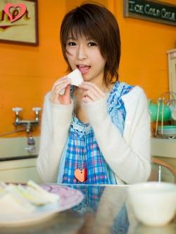 【モテ写】食べる寸前の表情が魅力的。手の形にも気を配って、キレイに指を曲げましょう。